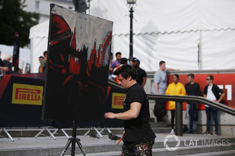 A street artist at work
