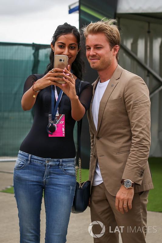 Nico Rosberg, Embajador de Mercedes-Benz posa para una fotografía selfie con los fans