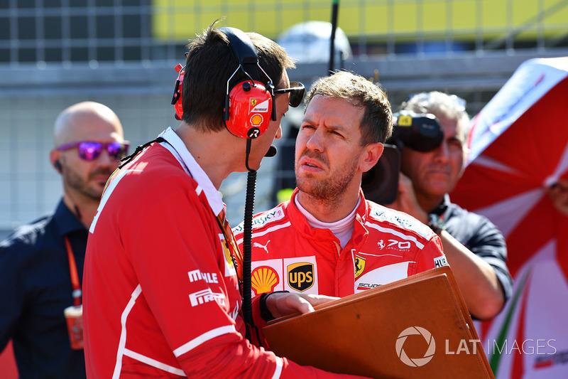 E há mais um problema: Vettel descumpriu um regulamento no Japão, quando não acompanhou o hino nacional no local pré-determinado. Assim, ele está à beira de sofrer uma nova punição.