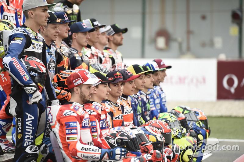 Дані Педроса, Repsol Honda Team, дивиться у камеру на груповому фото усіх гонщиків MotoGP 2017 року
