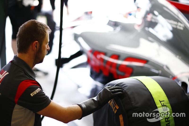 Un ingeniero de Haas F1 Team se prepara para quitar un neumático