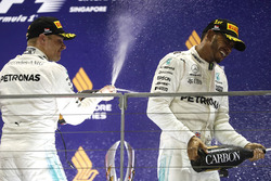 Podium: ganador, Lewis Hamilton, Mercedes AMG F1, tercero, Valtteri Bottas, Mercedes AMG F1