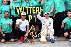 Race winner Valtteri Bottas, Mercedes AMG F1 celebrates, Lewis Hamilton, Mercedes AMG F1, the team