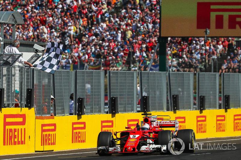 Sebastian Vettel, Ferrari SF70-H cruza la línea para tomar la bandera a cuadros y ganar la carrera