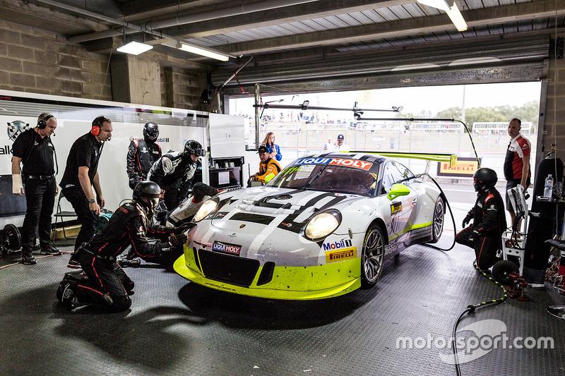 #911 Walkinshaw GT3, Porsche 911 GT3 R: Earl Bamber, Kevin Estre, Laurens Vanthoor, getting repaired