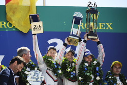 Подіум: переможці Тімо Бернхард, Ерл Бембер, Брендон Хартлі, Porsche Team