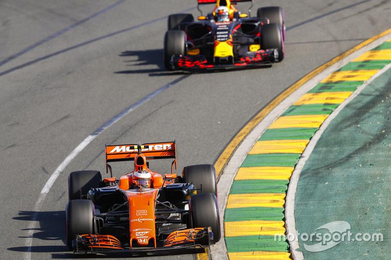 Stoffel Vandoorne, McLaren MCL32; Daniel Ricciardo, Red Bull Racing RB13
