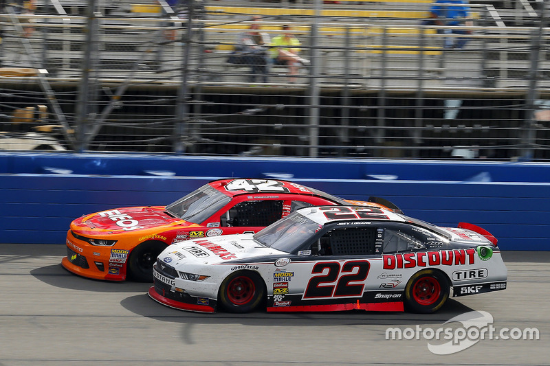 Kyle Larson, Chip Ganassi Racing, Chevrolet; Joey Logano, Team Penske, Ford
