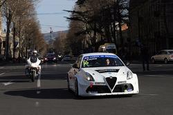 Davit Kajaia sfila per le strade di Tbilisi con la sua Alfa Romeo Giulietta