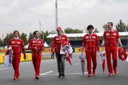 Sebastian Vettel, Ferrari y Riccardo Adami, Ferrari Ingeniero caminan por la pista