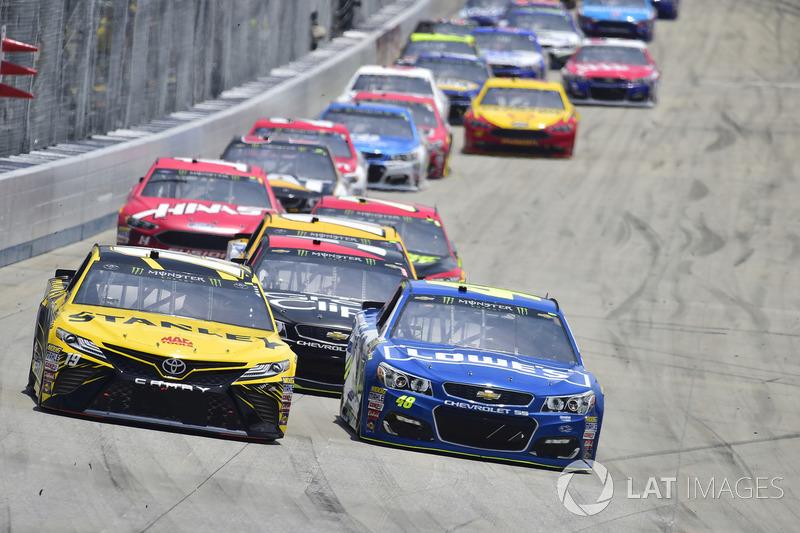 Daniel Suárez, Joe Gibbs Racing, Toyota; Jimmie Johnson, Hendrick Motorsports, Chevrolet