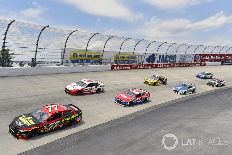 Erik Jones, Furniture Row Racing, Toyota; Brad Keselowski, Team Penske, Ford