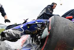 La voiture accidentée de Carlos Sainz Jr., Scuderia Toro Rosso STR12