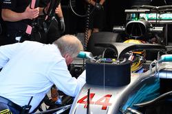 Джо Бауер, технічний делегат FIA та Льюіс Хемілтон, Mercedes-Benz F1 W08 з halo