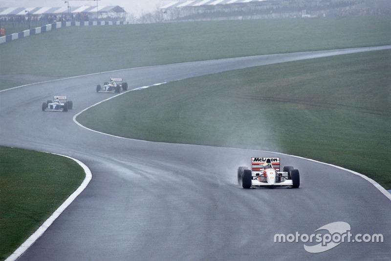 Ab der 2. Runde fährt Senna mit seinem McLaren dem Williams-Duo ...