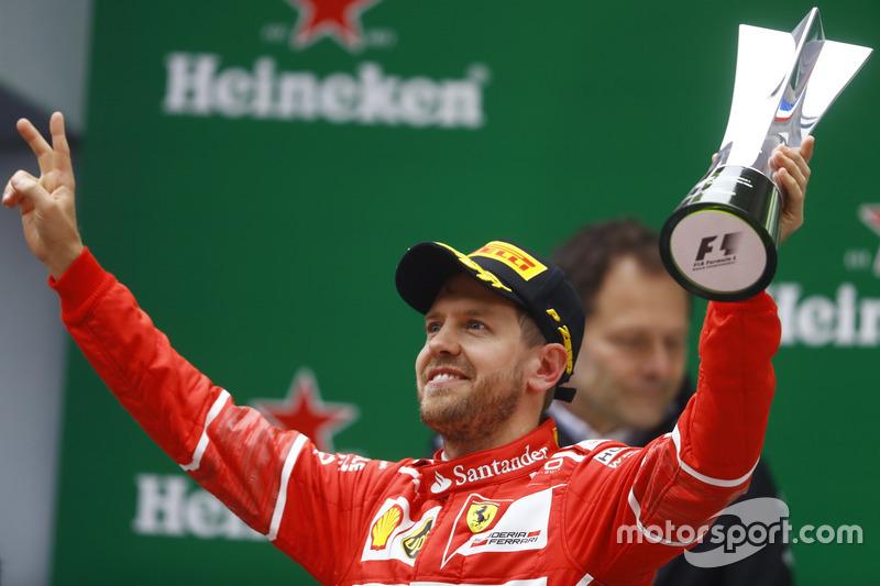 Podium: Sebastian Vettel, Ferrari, mit Pokal