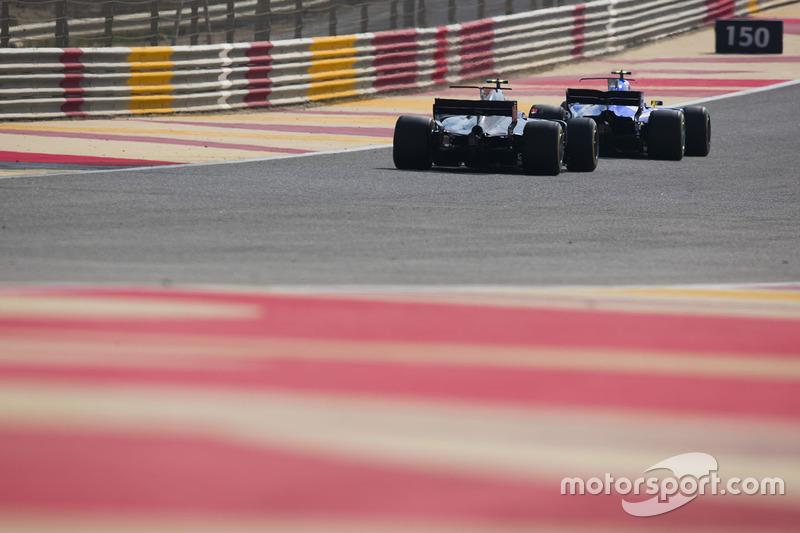 Pascal Wehrlein, Sauber C36, Kevin Magnussen, Haas F1 Team VF-17