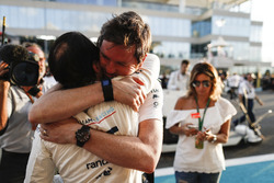 Felipe Massa, Williams, Rob Smedley, Head of Vehicle Performance, Williams, embrace prior to the drivers last race of his F1 career