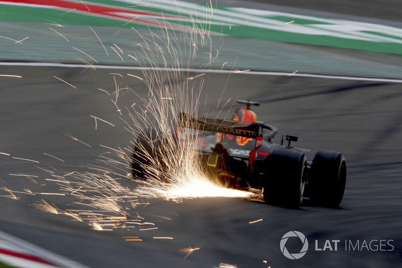 Daniel Ricciardo, Red Bull Racing RB14 Tag Heuer, strikes up sparks
