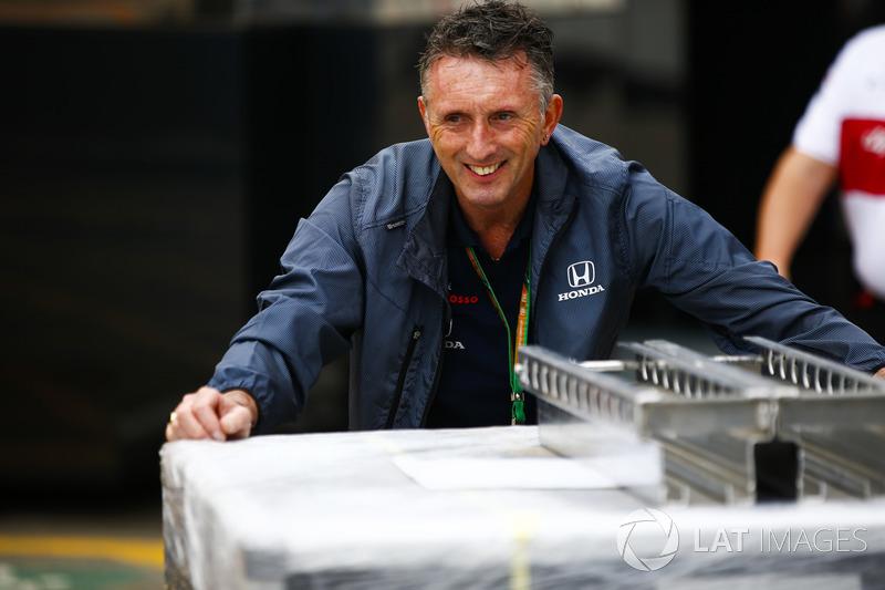 Un miembro del equipo Honda en el trabajo