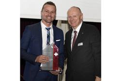 Marcel Fässler premiato alla cerimonia dell'ASS a Berna
