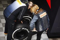 Membri del team Pirelli al lavoro
