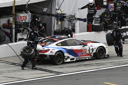 #24 BMW Team RLL BMW M8, GTLM: John Edwards, Jesse Krohn, Nicky Catsburg, Augusto Farfus, pit stop