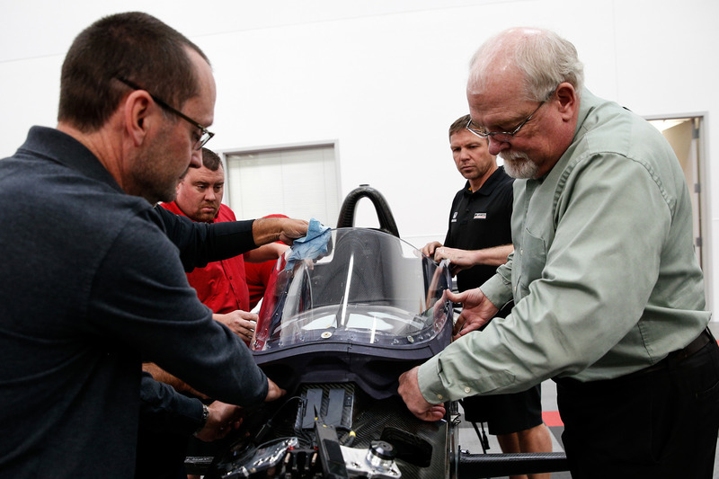 Jeff Horton, INDYCAR Director of Engineering/Safety, memasang wingscreen pada mobil IndyCar 2018 untuk persiapan tes perdana