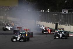 Lewis Hamilton, Mercedes F1 W07 Hybrid, Nico Rosberg, Mercedes F1 W07 Hybrid, Nico Hulkenberg, Force India VJM09 Mercedes, Max Verstappen, Red Bull Racing RB12 TAG Heuer, Daniel Ricciardo, Red Bull Racing RB12 TAG Heuer au départ
