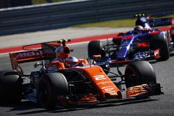 Stoffel Vandoorne, McLaren MCL32, Daniil Kvyat, Scuderia Toro Rosso STR12