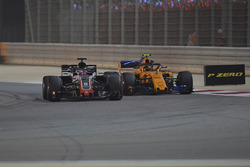 Romain Grosjean, Haas F1 Team VF-18 and Stoffel Vandoorne, McLaren MCL33 battle