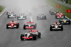 Старт: Кими Райкконен, McLaren Mercedes MP4/21 лидирует