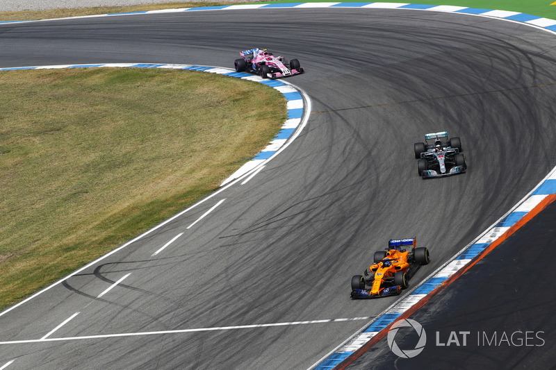 Fernando Alonso, McLaren MCL33, precede Lewis Hamilton, Mercedes AMG F1 W09, ed Esteban Ocon, Force India VJM11