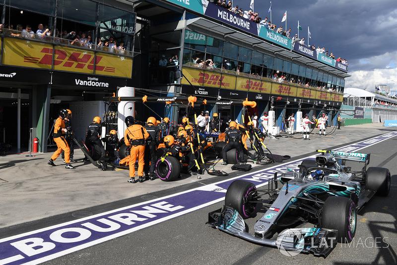 Valtteri Bottas, Mercedes-AMG F1 W09 passes Stoffel Vandoorne, McLaren MCL33 pit stop
