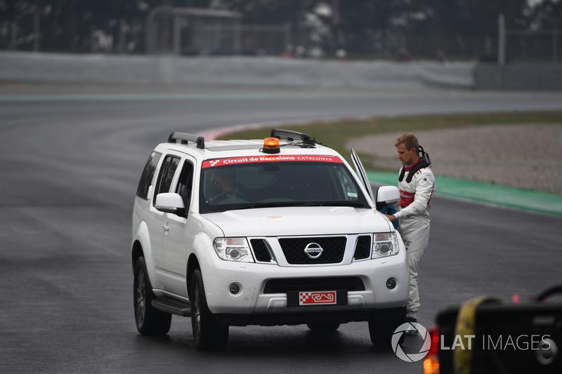 Marcus Ericsson, Alfa Romeo Sauber F1 Team hitches a lift back to the pits