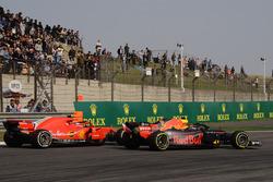 Max Verstappen, Red Bull Racing RB14 et Kimi Raikkonen, Ferrari SF71H en bataille