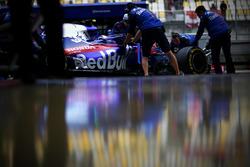 Pierre Gasly, Toro Rosso STR13 Honda, dans la voie des stands