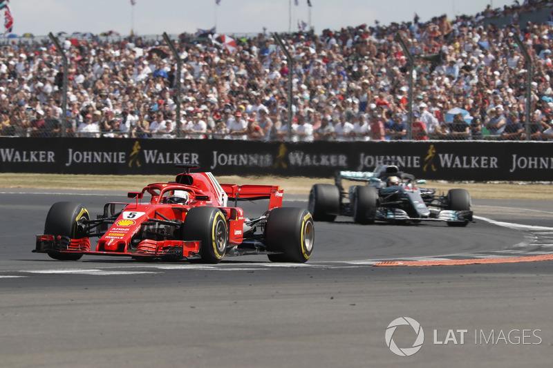 Sebastian Vettel, Ferrari delante de Lewis Hamilton, Mercedes-AMG F1 W09