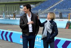Toto Wolff, Executive Director, Mercedes AMG. met Susie Wolff, oprichter van Dare to be Different