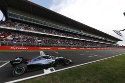 Lewis Hamilton, Mercedes AMG F1 W09, passe sous le drapeau à damier
