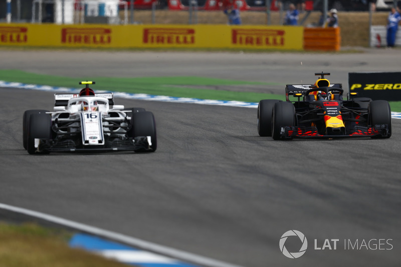 Daniel Ricciardo, Red Bull Racing RB14, passes Charles Leclerc, Sauber C37