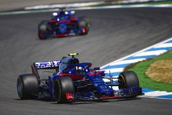 Pierre Gasly, Toro Rosso STR13, precede Brendon Hartley, Toro Rosso STR13