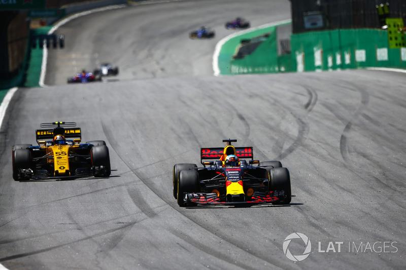Daniel Ricciardo, Red Bull Racing RB13, passes Carlos Sainz Jr., Renault Sport F1 Team RS17