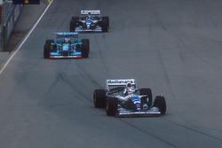 Nigel Mansell, Williams FW16B Renault seguido de Michael Schumacher,Benetton B194 Ford y Damon Hill, Williams FW16B Renault
