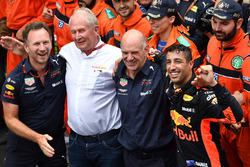 Yarış galibi Daniel Ricciardo, Red Bull Racing, Christian Horner, Red Bull Racing Team Principal, Dr. Helmut Marko, Red Bull Motorsport Consultant ve Adrian Newey, Red Bull Racing