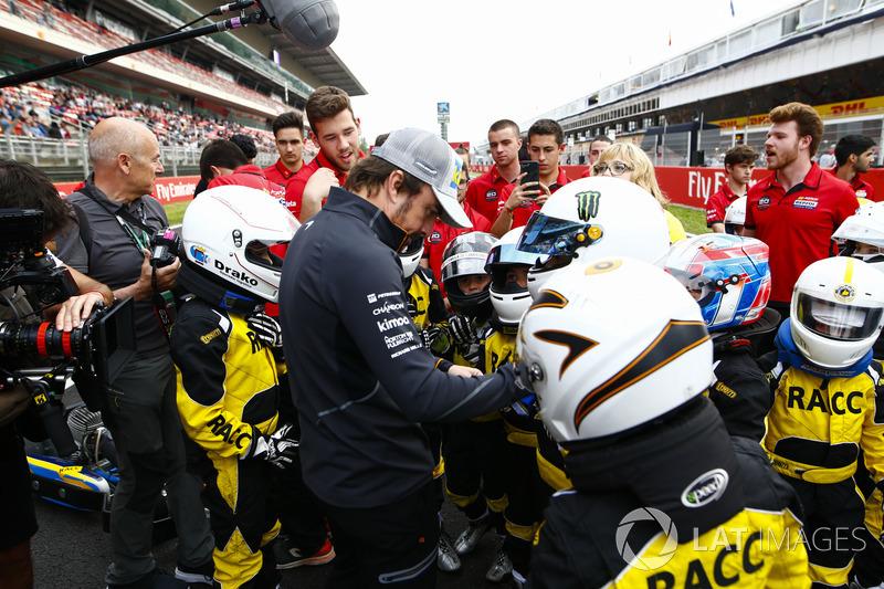 Fernando Alonso, McLaren, se encuentra con jóvenes pilotos de kart