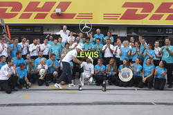 Valtteri Bottas, Mercedes AMG F1, Lewis Hamilton, Mercedes AMG F1, 1st position, and the Mercedes team celebrate victory