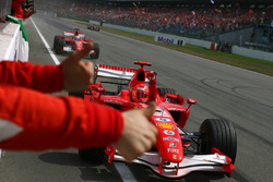 Ganador de la carrera Michael Schumacher, Ferrari, segundo puesto Felipe Massa, Ferrari