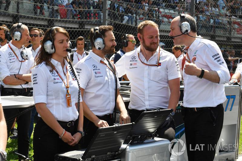 Ingegneri Mercedes-AMG F1 W09, in griglia