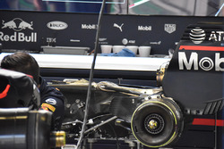 ميكانيكي فريق ريد بُل يغيرون محرك وعلبة تروس سيارة دانيال ريكاردو